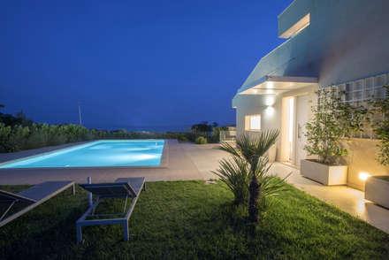 casa CF: Piscina in stile in stile Minimalista di Arch. Francesca Timperanza