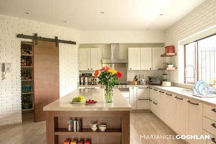 Cocina: Cocinas de estilo moderno por MARIANGEL COGHLAN