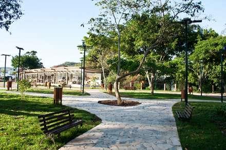 PRAÇAS PÚBLICAS: Jardins campestres por Felipe Mascarenhas Paisagismo