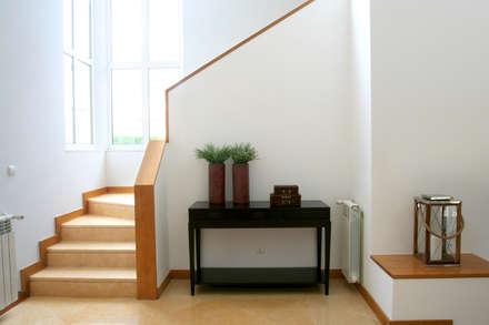 Hall de Entrada: Corredores, halls e escadas modernos por Amber Road - Design + Contract
