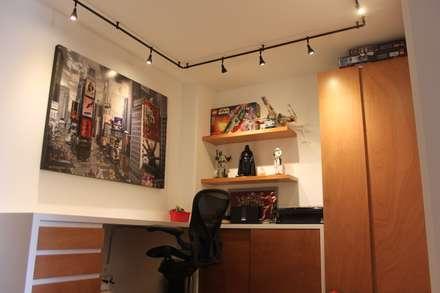 Estudio: Estudios y despachos de estilo moderno por Home Reface