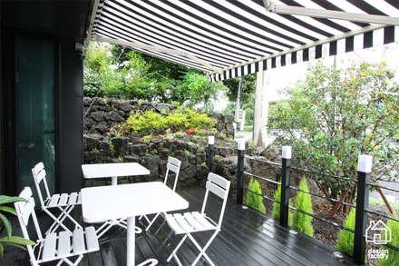 CAFE 'MONGNI MONGRI': 디자인팩토리의  발코니, 베란다 & 테라스