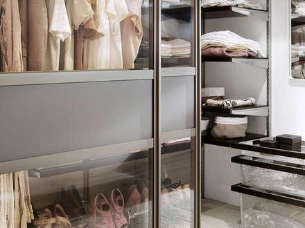Begehbarer Kleiderschrank über Eck: klassische Ankleidezimmer von Elfa Deutschland GmbH