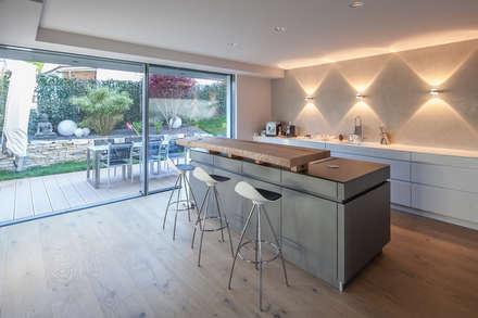 Villa S: moderne Küche von BESPOKE Interior Design