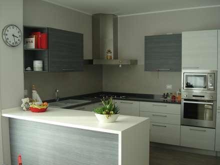 VILLA UNIFAMILIARE [CALVENZANO]  www.marlegno.it  - Progetto: Arch. Tura: Cucina in stile in stile Moderno di Marlegno