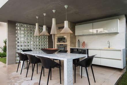 Casa Dunas: Salas de jantar modernas por Rodrigo Maia Arquitetura + Design