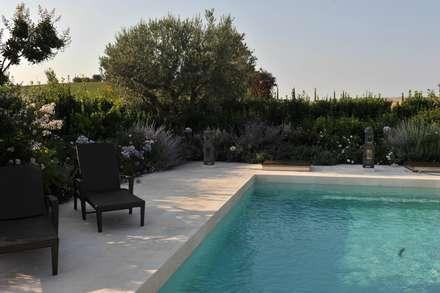 PISCINE: Piscina in stile in stile Mediterraneo di Giardini Giordani