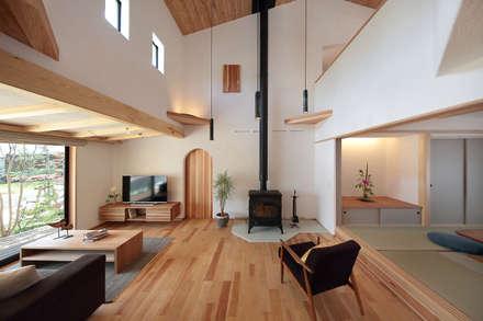 視線を誘導する工夫に溢れた空間デザイン: 四季の住まい株式会社が手掛けたリビングです。