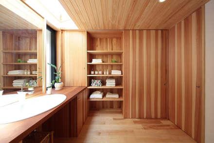 引き戸を開ければ物干しスペースへの道ができます  お気に入り0: 四季の住まい株式会社が手掛けた浴室です。