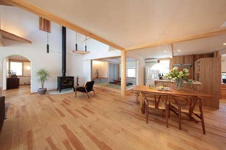 天井を低めにデザインした小上りの和室: 四季の住まい株式会社が手掛けたリビングです。