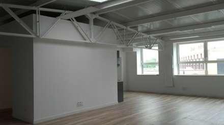 Espace bureaux ou co-working, Open space: Salle multimédia de style  par Arielle D Collection Maison