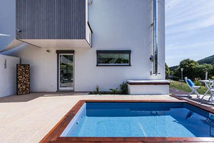 Solarbeheizter Pool: moderner Pool von KitzlingerHaus GmbH & Co. KG