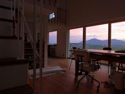 Atelier in Iga: MimasisDesign [ミメイシスデザイン]が手掛けた玄関/廊下/階段です。