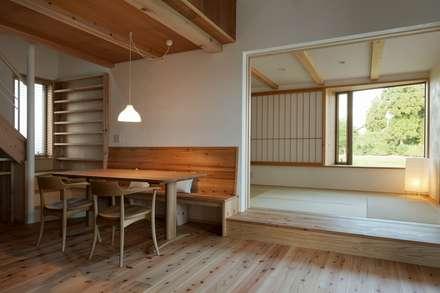 ピアノサロンのある家: 荒井好一郎建築設計室が手掛けたダイニングです。