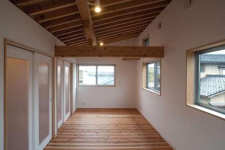 こども室: 荒井好一郎建築設計室が手掛けた子供部屋です。