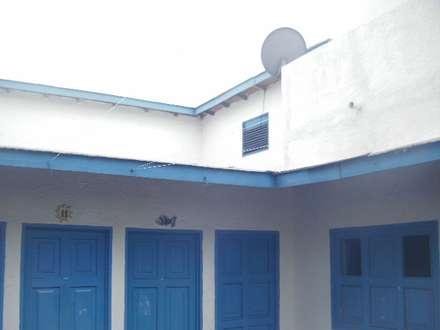 POSADA VISTA AL MAR PATIO INTERIOR: Casas de estilo mediterraneo por DIBUPROY