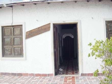 POSADA MACABI EXTERIOR: Casas de estilo mediterraneo por DIBUPROY