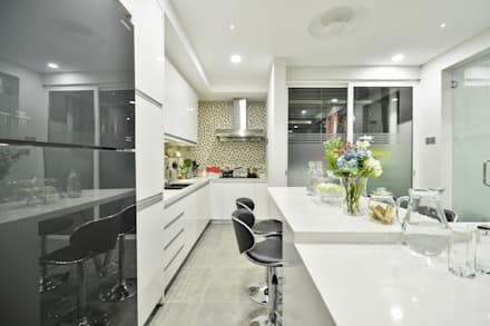 Ultramodern Loft | CONDOMINIUM: modern Kitchen by Design Spirits