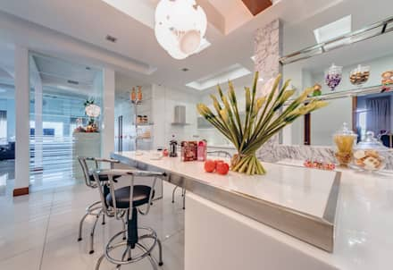 Majestic Contemporary | BUNGALOW : minimalistic Kitchen by Design Spirits