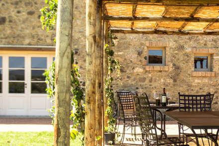Locanda dell'Aioncino -pergolato: Gastronomia in stile  di Silvia Becuzzi Architetto