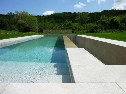 Podere Molino dei Ciliegi: Piscina in stile In stile Country di Stefano Zaghini Architetto