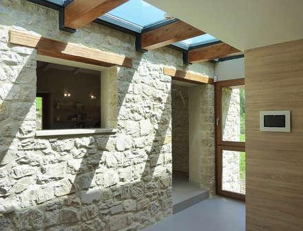 Pasillos y vestíbulos de estilo  por Stefano Zaghini Architetto