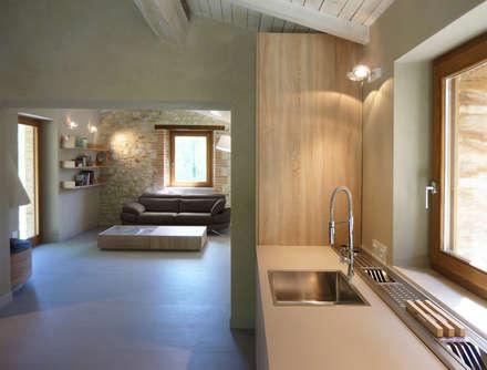 Dining room arredo con angolo cottura: Cucina in stile In stile Country di Stefano Zaghini Architetto