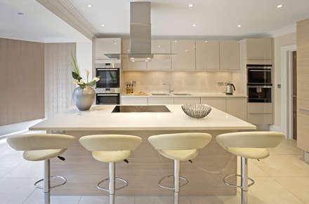 Cream Modern Kitchen: modern Kitchen by Gracious Luxury Interiors