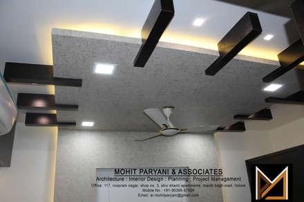 Mr. Jatin Lulla Ji interior : modern Bedroom by MOHIT PARYANI AND ASSOCIATES