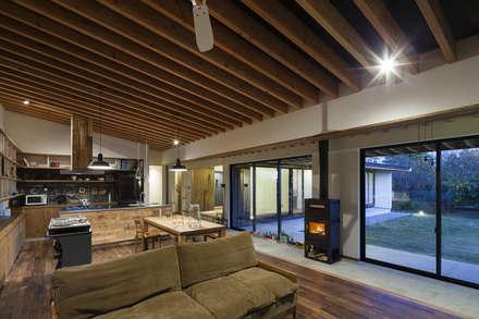 土間の広がる家: 根來宏典建築研究所が手掛けたリビングです。