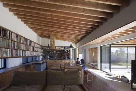 みんなの居場所: 根來宏典建築研究所が手掛けたリビングです。