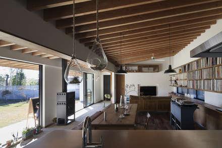 連続する垂木が美しい: 根來宏典建築研究所が手掛けたダイニングです。
