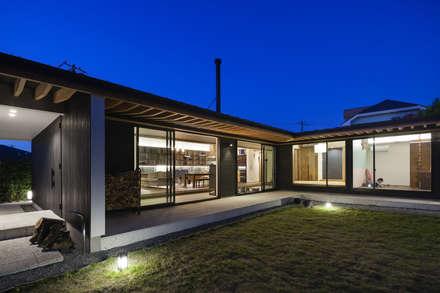 空間に広がりをもたらす灯り: 根來宏典建築研究所が手掛けた家です。