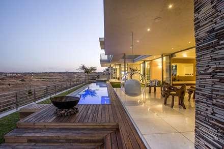 Residence Naidoo:  Patios by FRANCOIS MARAIS ARCHITECTS