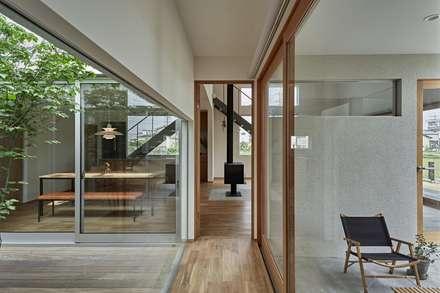 ホワイエのある家: toki Architect design officeが手掛けた玄関/廊下/階段です。