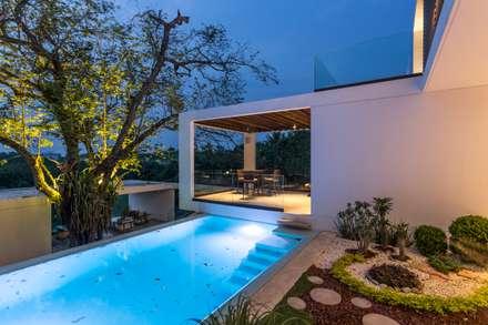 Alberca: Piscinas de estilo minimalista de Yucatan Green Design