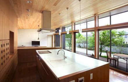 アイランドキッチン: Atelier Squareが手掛けたキッチンです。