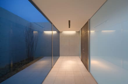 H COURT HOUSE: Atelier Squareが手掛けた廊下 & 玄関です。