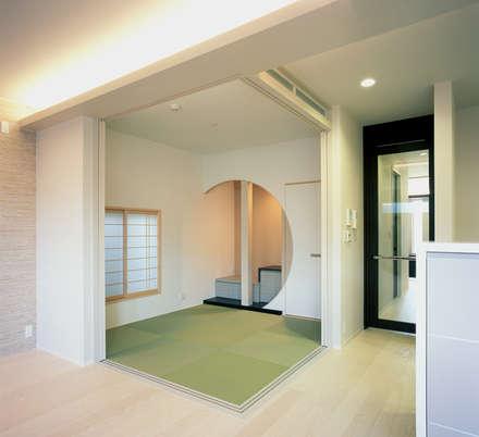 和室: 株式会社西田順紀アトリエが手掛けたリビングです。