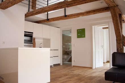 Sanierung MFH: rustikale Küche von plusEnergieArchitektur