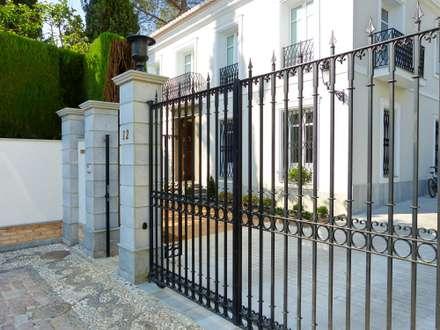 Rejas de forja : Casas de estilo clásico de Conely