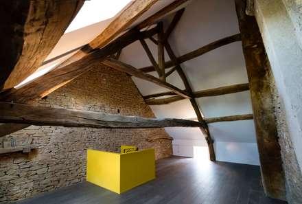 Une maison de vacances à la campagne: Salle multimédia de style  par Agence d'architecture intérieure Laurence Faure