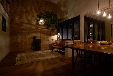 House in Higashikanmaki: MimasisDesign [ミメイシスデザイン]が手掛けたリビングです。