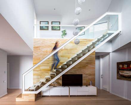 E House - Stairs: Pasillos y vestíbulos de estilo  de 08023 Architects