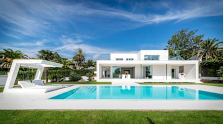 Herrero House - Front view: Jardines de estilo mediterráneo de 08023 Architects