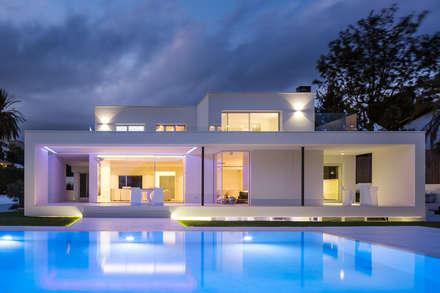 Herrero House - Night view: Piscinas de estilo mediterráneo de 08023 Architects