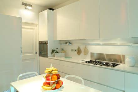 stile in bianco: Cucina in stile in stile Minimalista di studio ferlazzo natoli