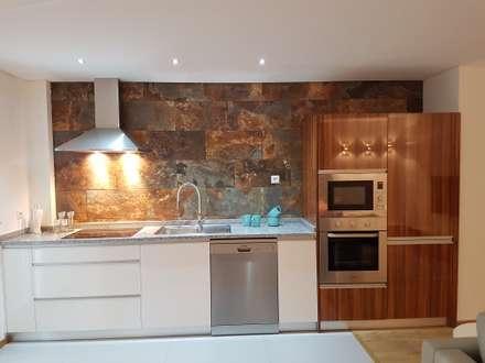 Cozinha Depois: Cozinhas ecléticas por Alma Braguesa Furniture