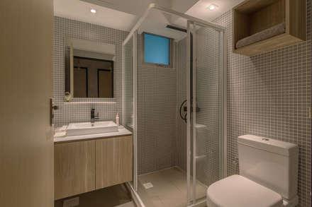 PARKLAND RESIDENCES: scandinavian Bathroom by Eightytwo Pte Ltd
