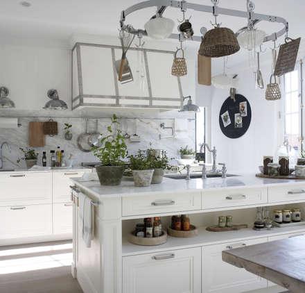 La isla,  centro de lavado: Cocinas de estilo rústico de DEULONDER arquitectura domestica